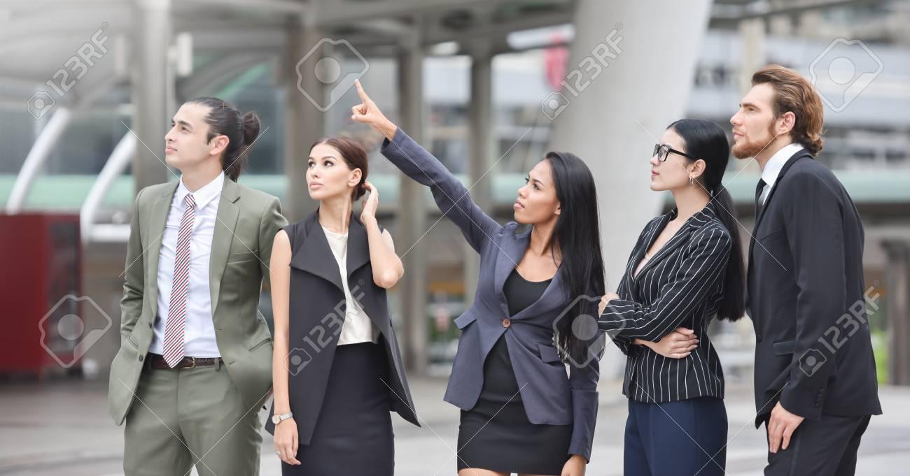 Retrato Exitoso Grupo De Empresarios Mirando Lejos Conceptos De Visión Y Motivación