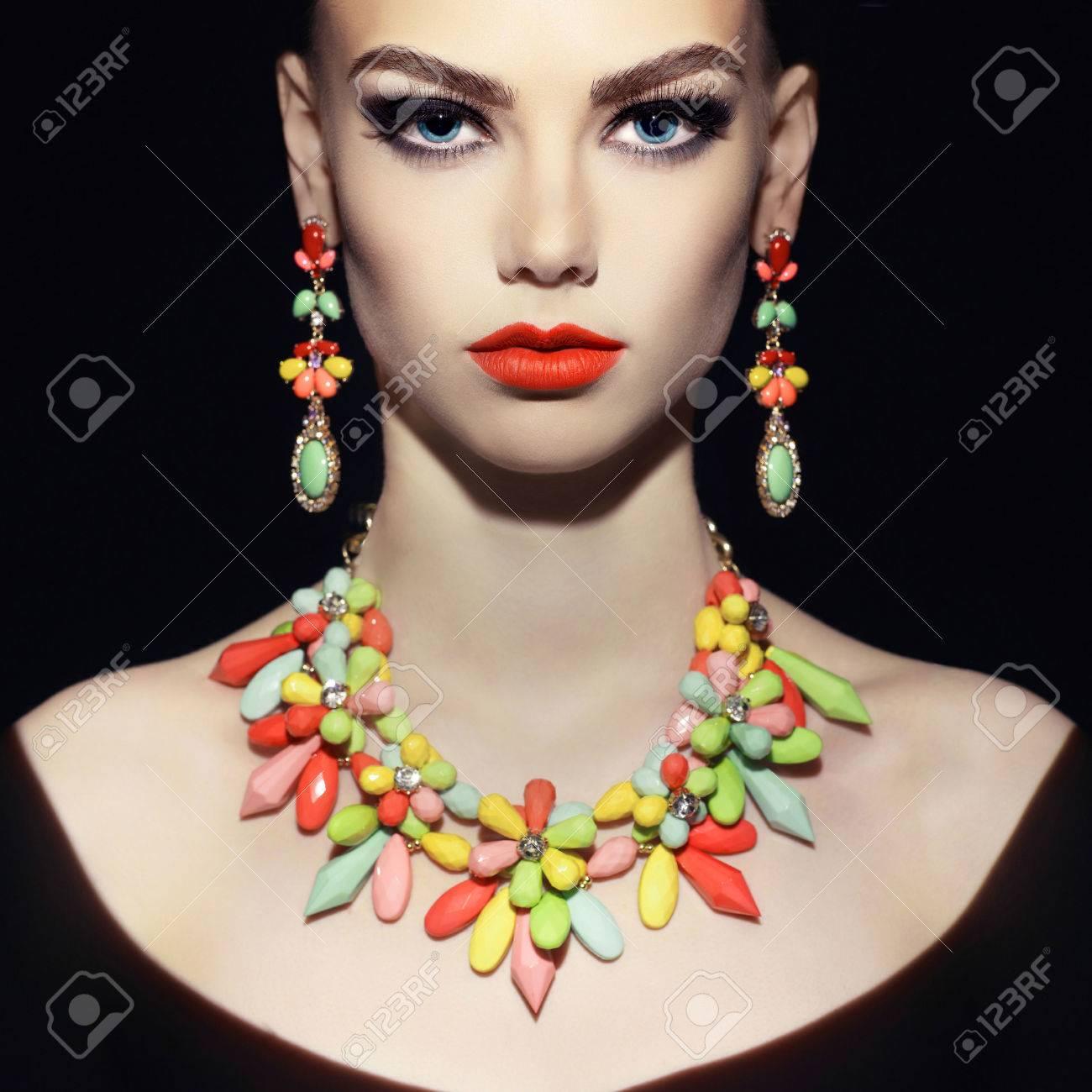 Beautiful young woman with evening make-up. Jewelry and Beauty. Fashion photo Standard-Bild - 38531784