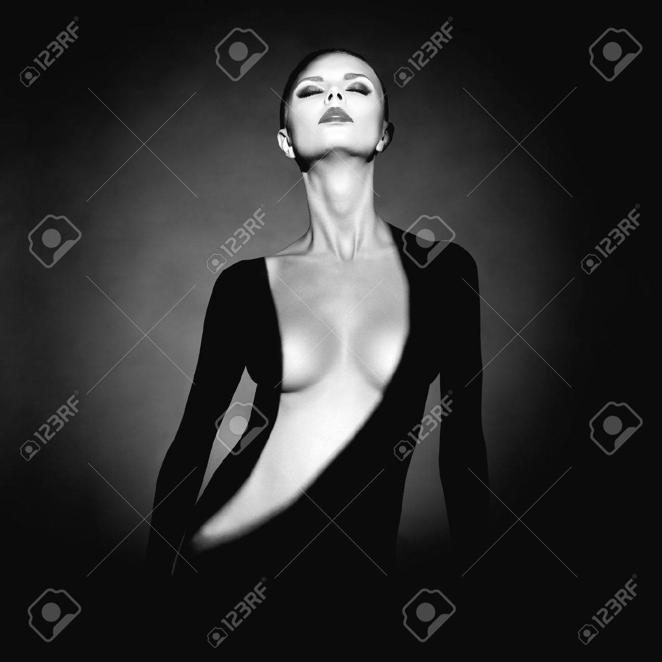 Fashion art studio portrait of elegant naked lady with shadow on her body Standard-Bild - 42833825