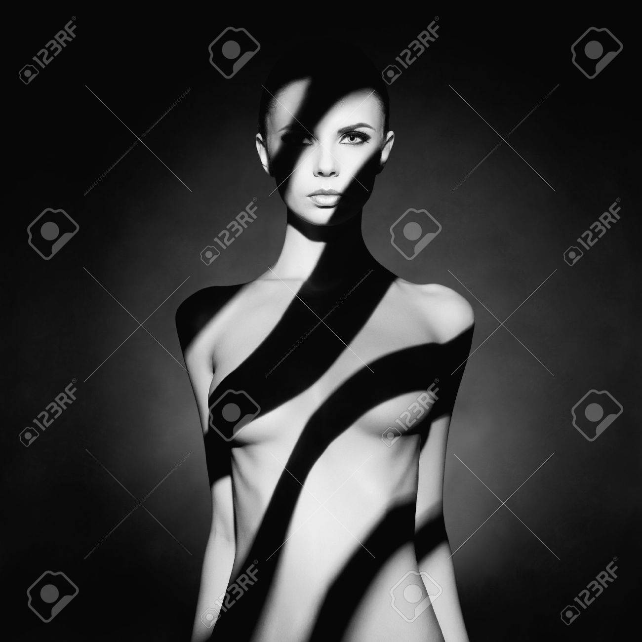 Fashion art studio portrait of elegant naked lady with shadow on her body Standard-Bild - 43005673