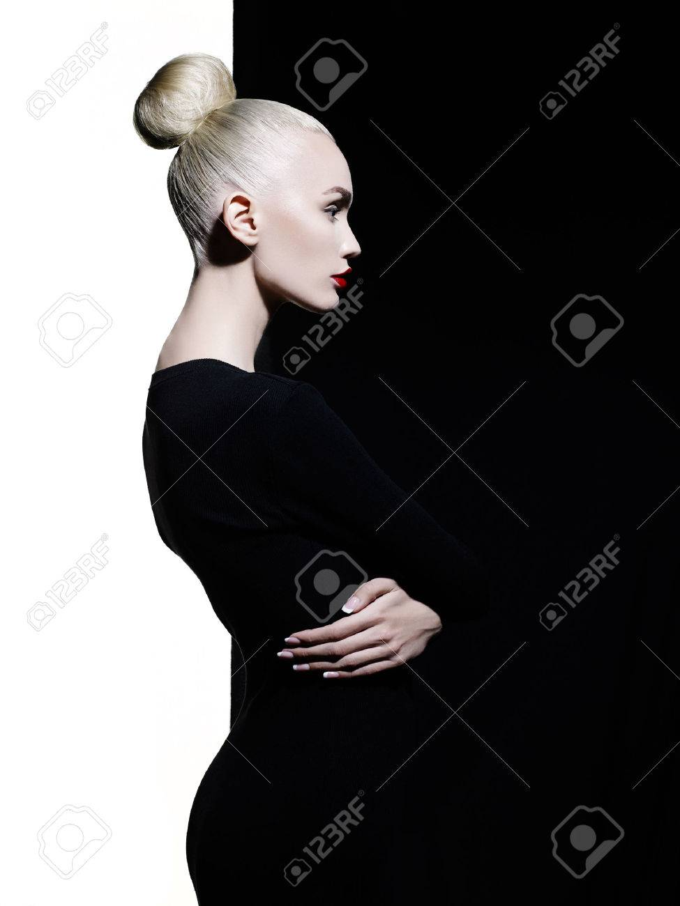 Fashion art studio portrait of elegant blode in geometric black and white background Standard-Bild - 56382188