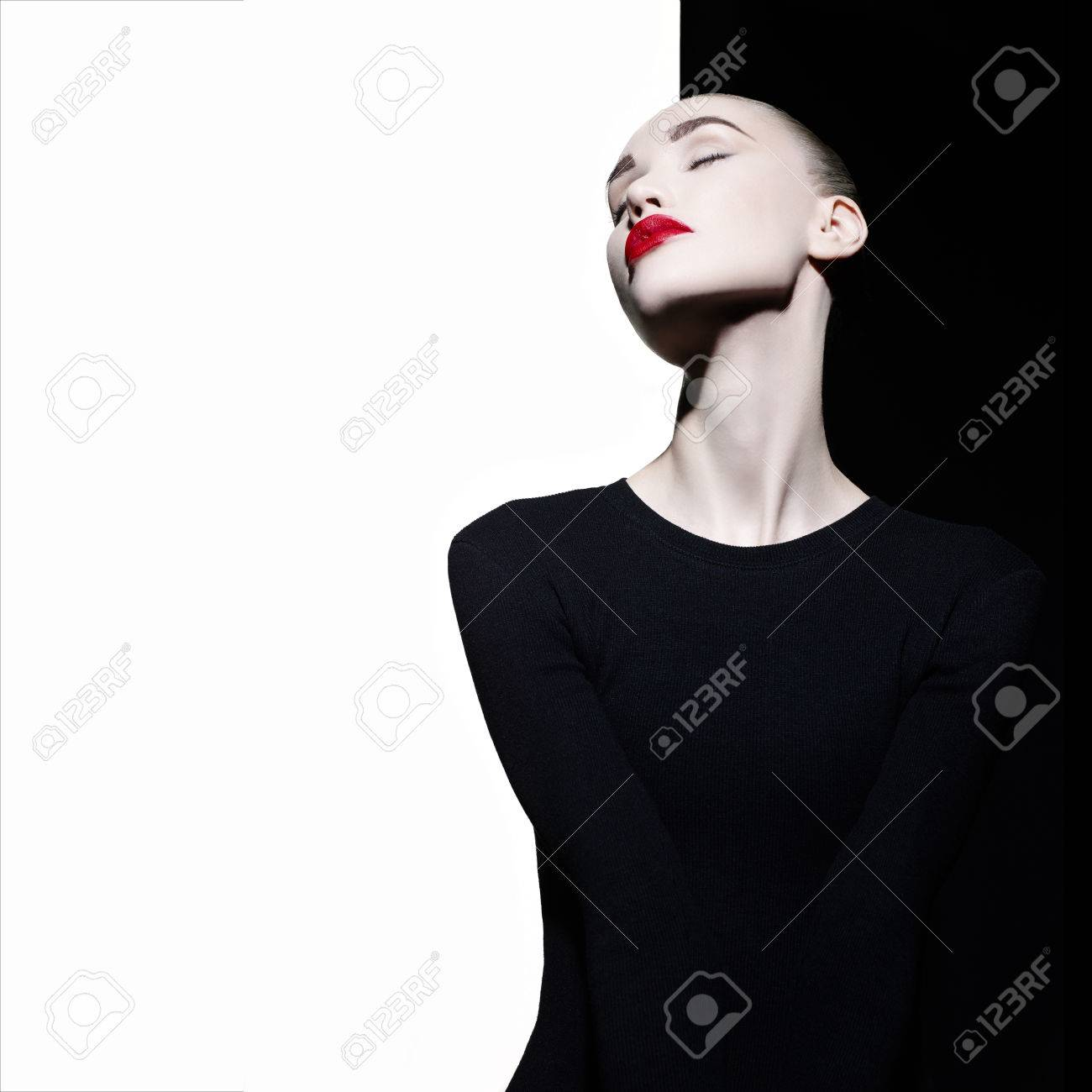 Fashion art studio portrait of elegant blode in geometric black and white background Standard-Bild - 56305965