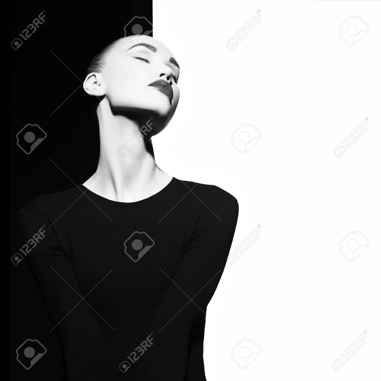 Fashion art studio portrait of elegant blode in geometric black and white background Standard-Bild - 59691741