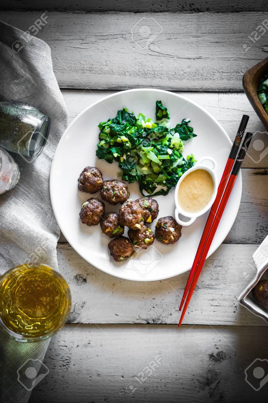 Fleischbällchen Mit Grünem Salat Und Honig Senf Sauce Lizenzfreie