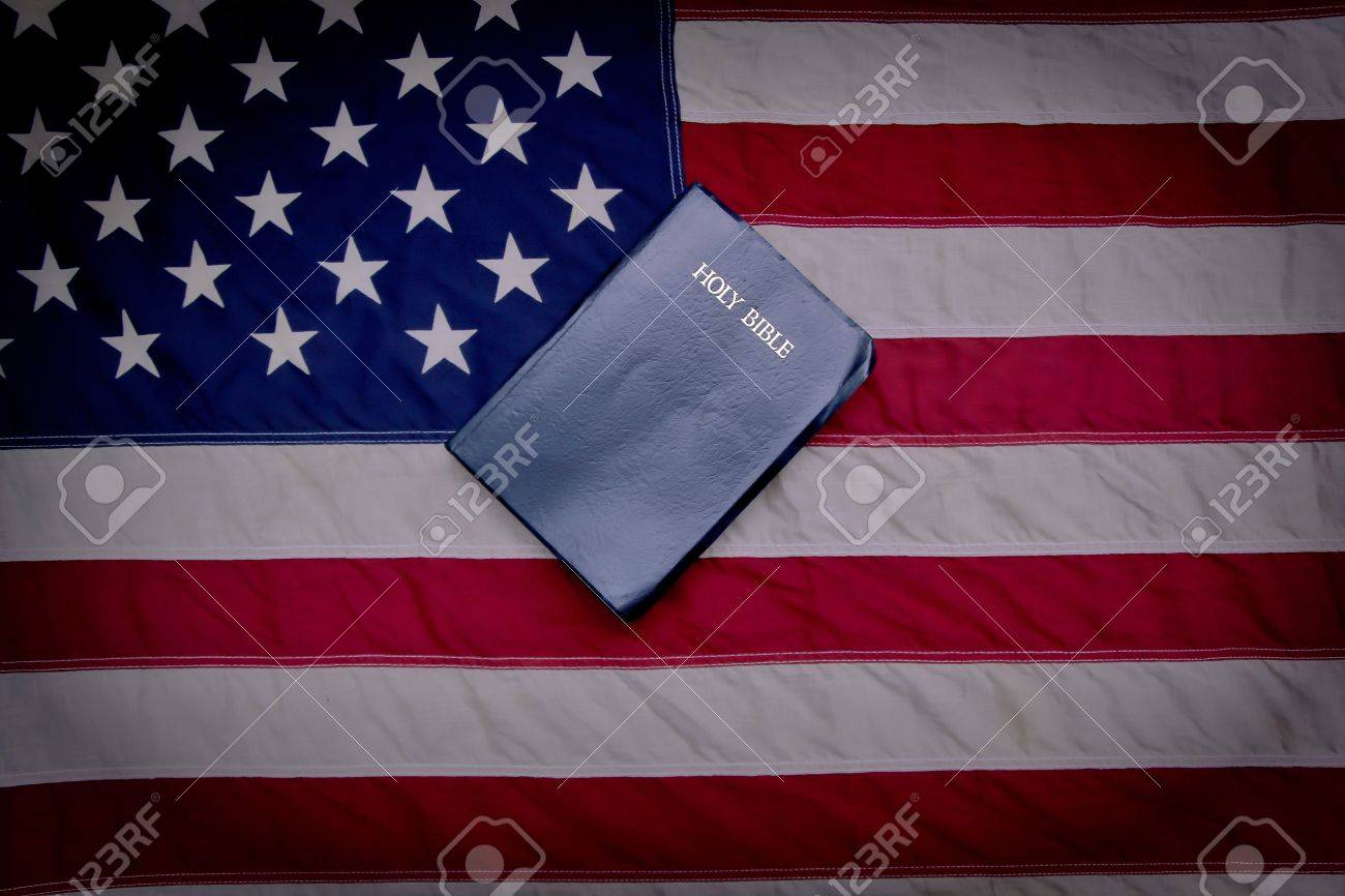 Für Gott Und Vaterland Bibel Mit Der Amerikanischen Flagge ...
