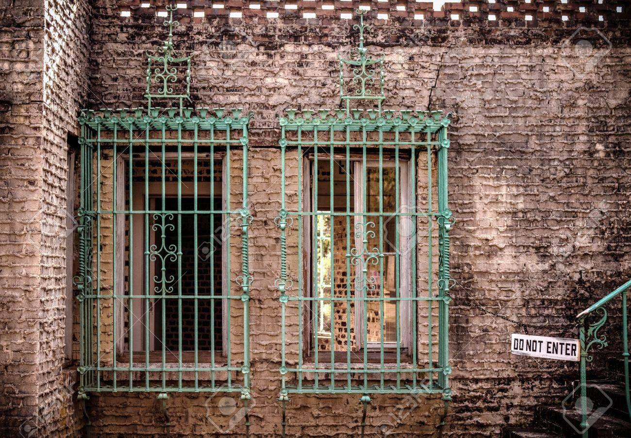 Haunting extérieur de style mauresque Château Atalaya, avec des barreaux  aux fenêtres et un n
