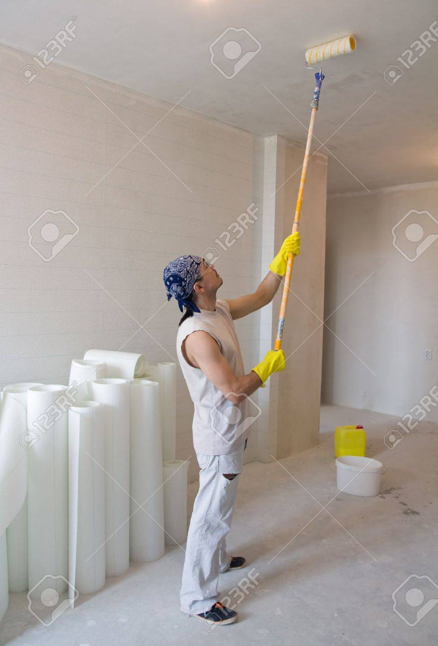 Superieur Banque Du0027images   Jeune Homme   Maison Peintre Peinture De Plafond De  Travailleur Avec Un Rouleau à Peinture Idees Etonnantes
