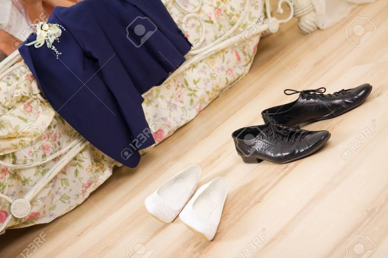 Hochzeits Nacht Entkleidet Hochzeitskleidung Anzug Und Schuhe In