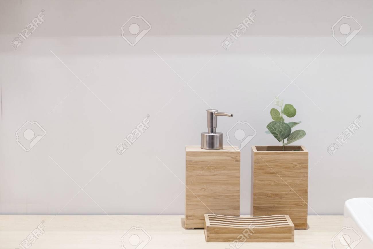 Hölzerne Flüssige Seifenflasche Mit Kleinem Baum Und Seife ...