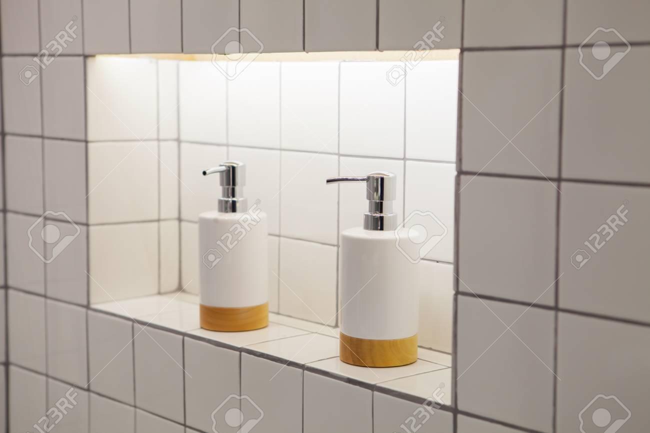 Flüssigseifenflasche Mit Fliesehintergrund Badezimmerzubehör ...
