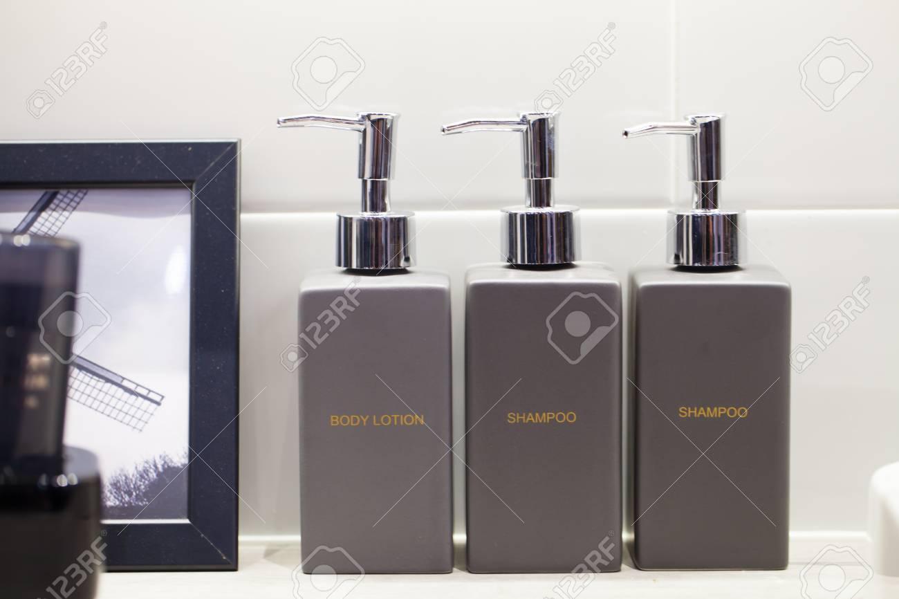 Metall Flüssigseife Bottleon Holzregal Und Handtücher Badezimmer ...