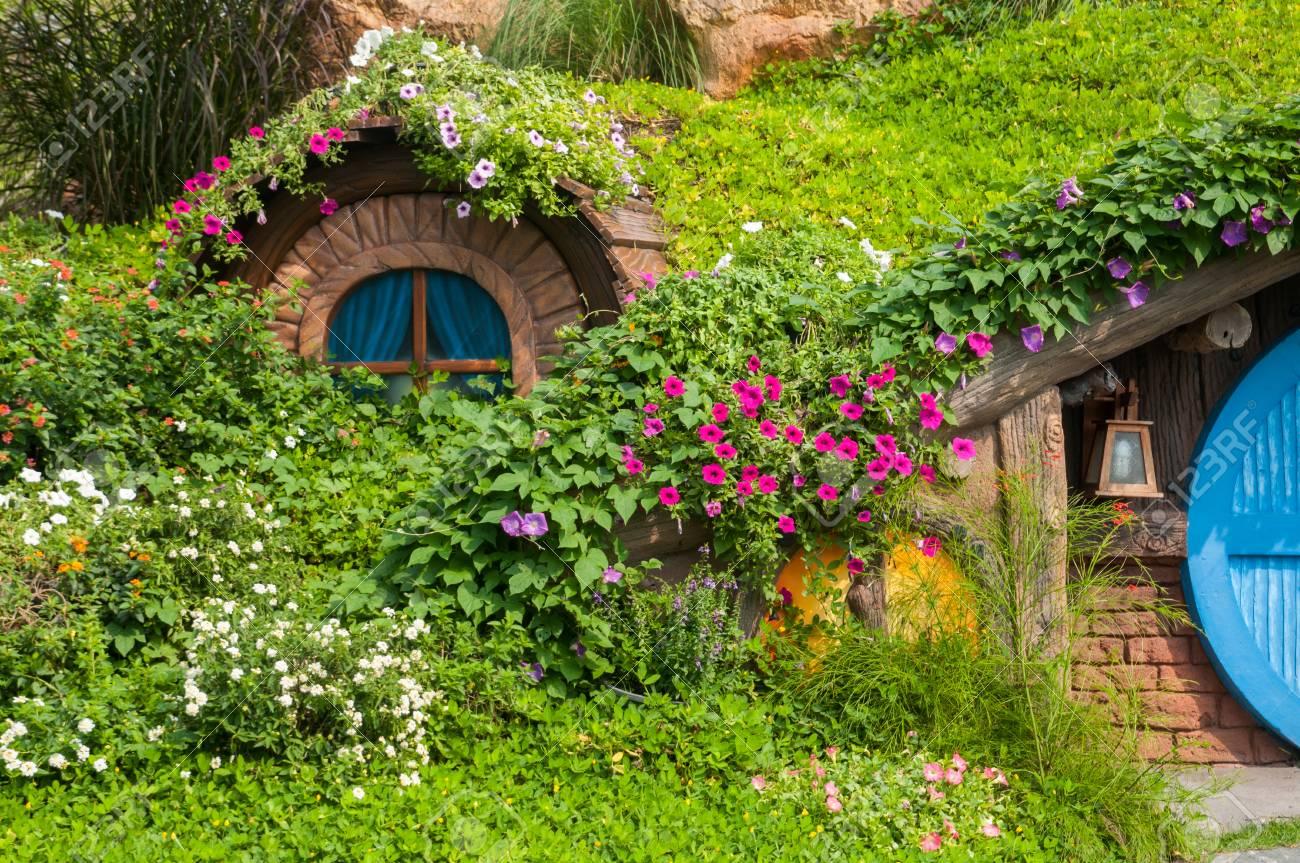 La casa de tus sueños 72982034-hermoso-jard%C3%ADn-con-flores-y-bonita-caba%C3%B1a-
