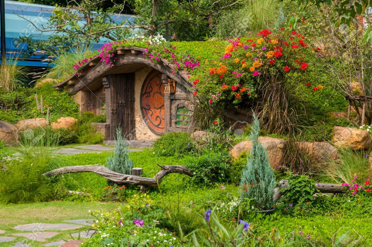 Schöner Garten Mit Blumen Und Schöner Hütte. Standard Bild   72982236