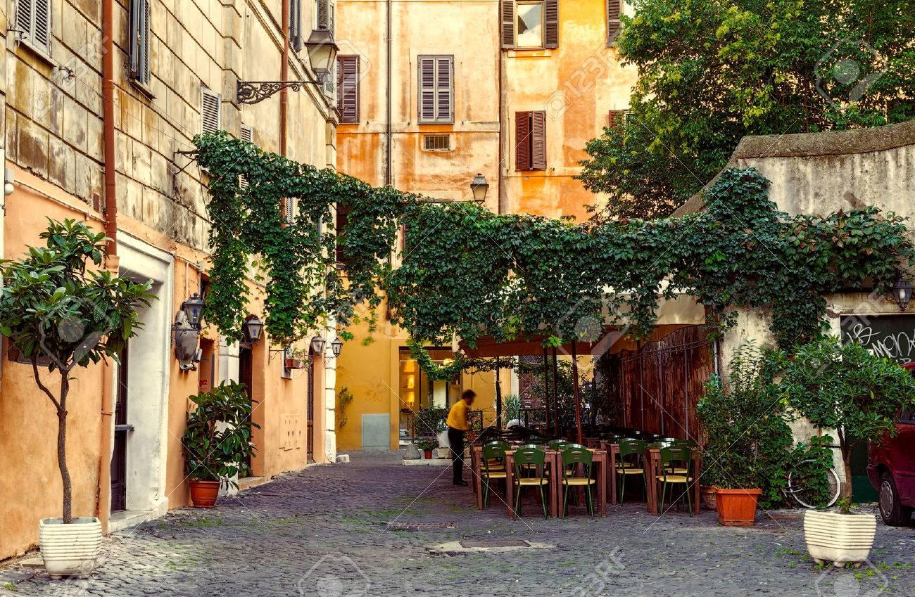 Vieille Rue De Trastevere à Rome, Italie Banque D'Images Et Photos Libres  De Droits. Image 41693655.