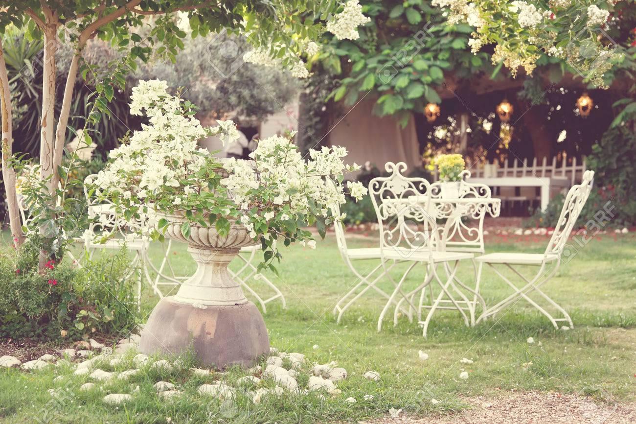 Weiß Tisch Und Stühle In Einem Schönen Garten Vintage Stil Bilder