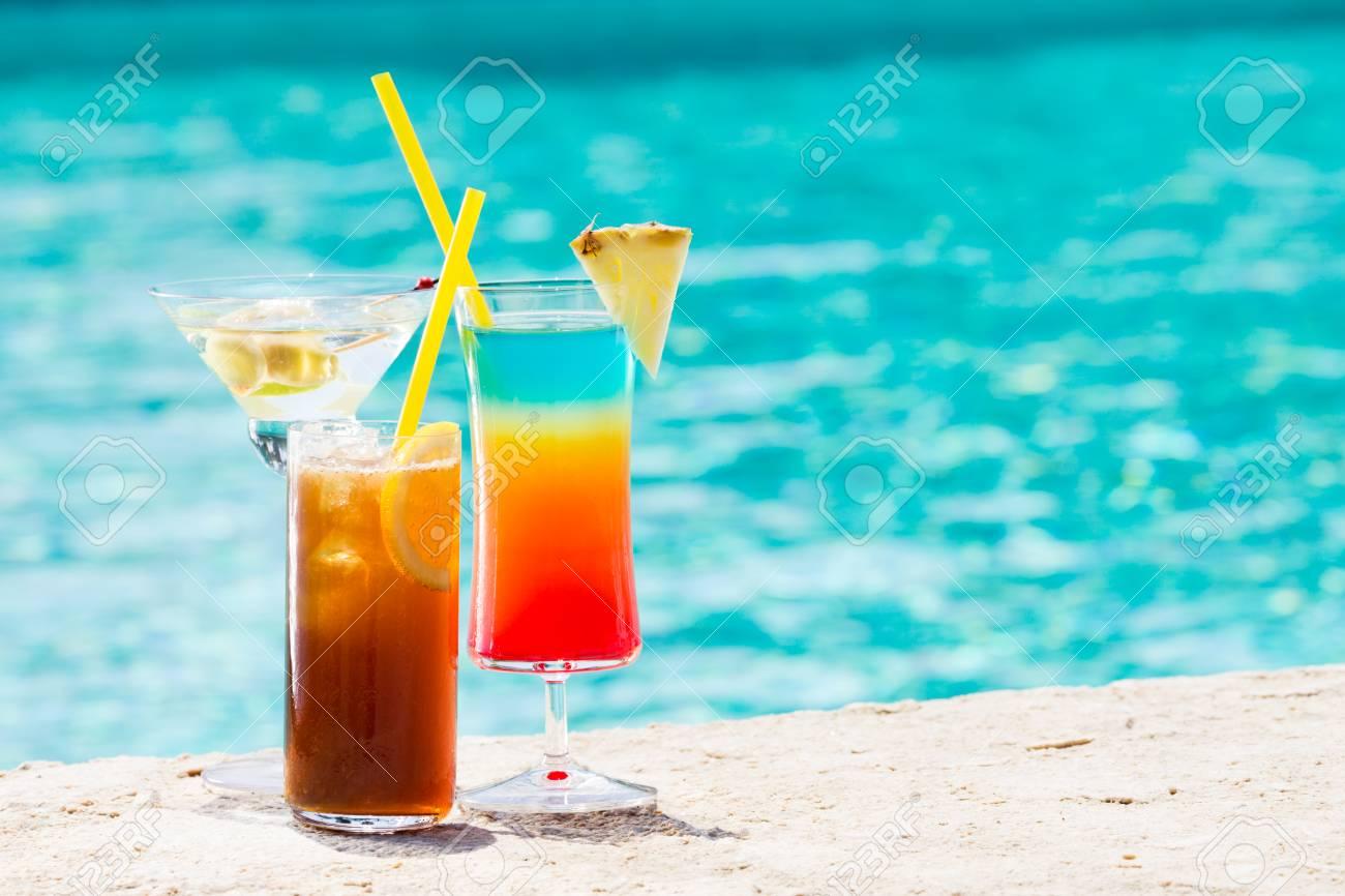 Drei Sommer-Cocktail Am Pool. Leckere Getränke. Horizontal ...