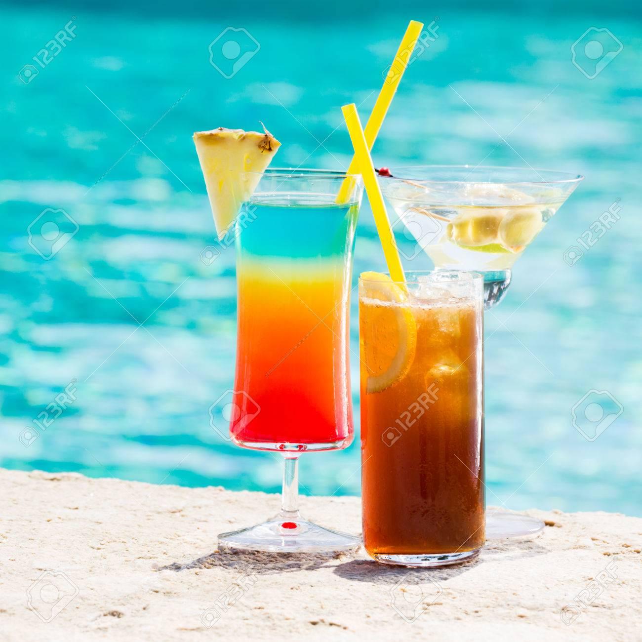 Drei Sommer-Cocktail Am Pool. Leckere Getränke. Platz Lizenzfreie ...