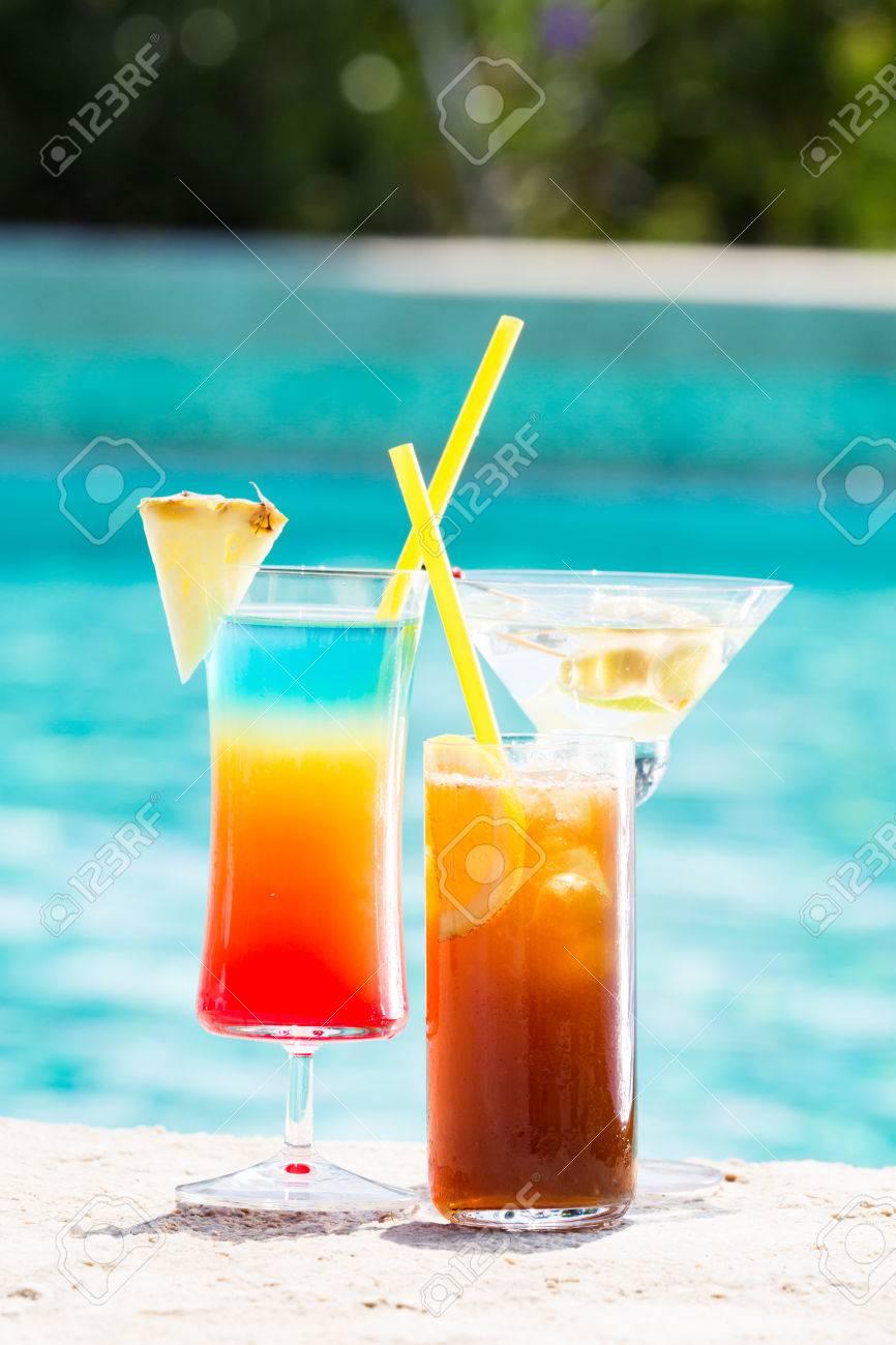 Drei Sommer-Cocktail Am Pool. Leckere Getränke. Vertikal Lizenzfreie ...