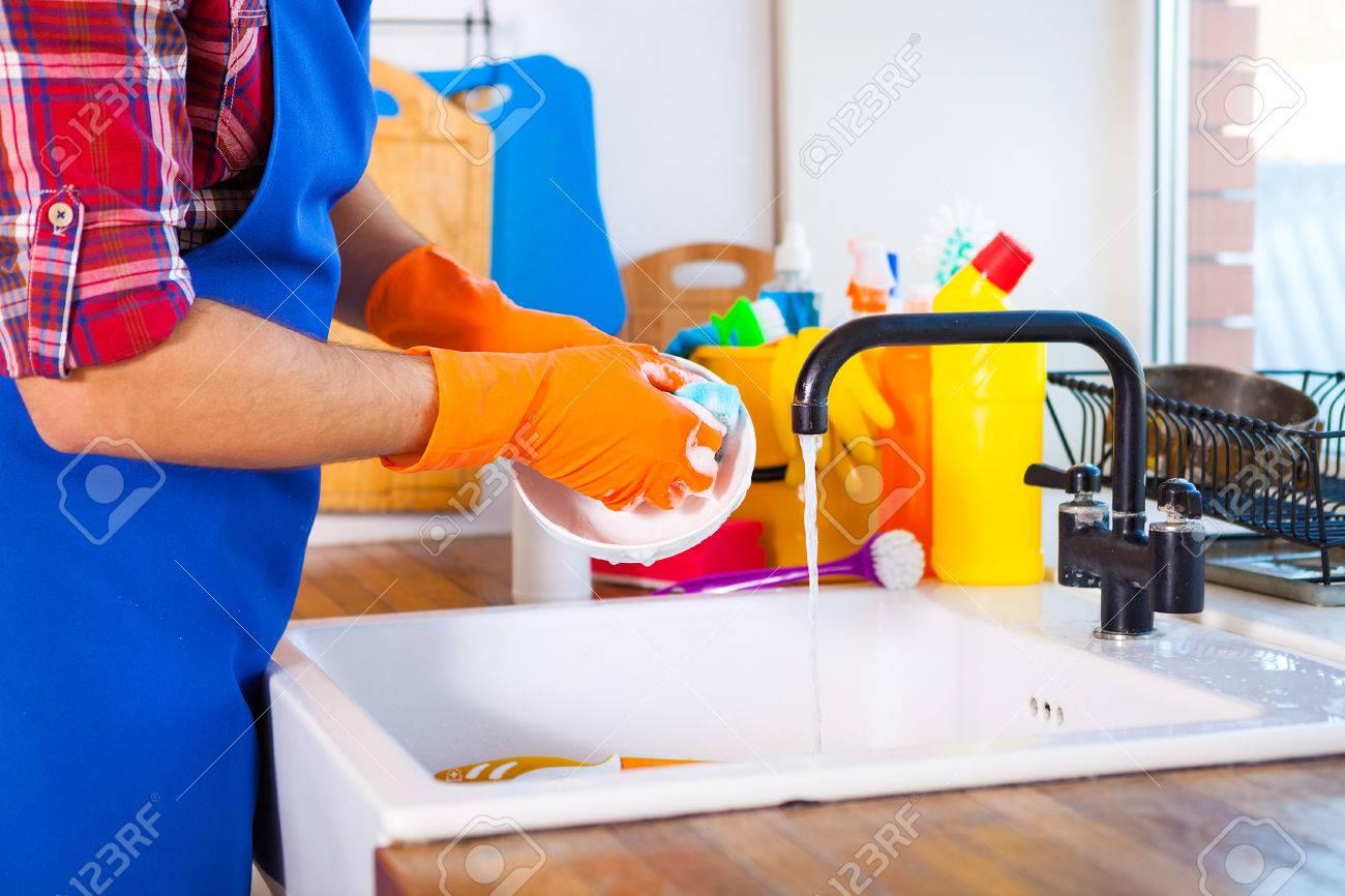 Mann Macht Das Saubern Der Kuche Junger Mann Wascht Das Geschirr