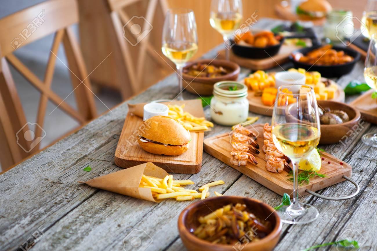 Le Breakfast des Titans 76443212-table-avec-nourriture-et-boire-du-vin-appr%C3%A9ciant-dinning-eating-concept-%C3%A0-la-table-en-bois-rustique