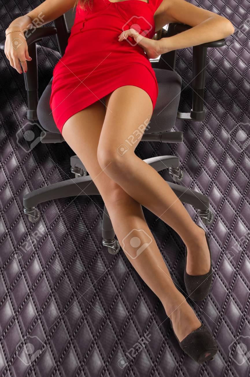 sexy nackte frauenkörper (beine). sexy fit nackte frau mit gesunder  sauberer haut. lange beine frau. schöne anziehende junge frau in sexy kleid