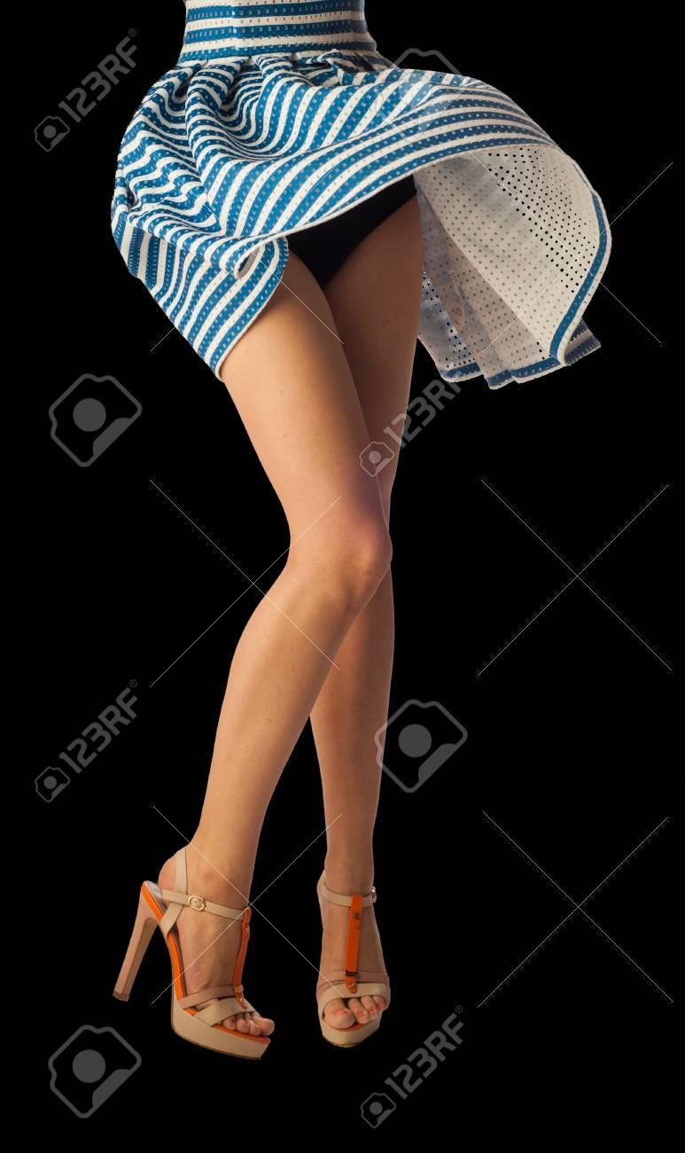 füße, nahm der wind das kleid. freundliche junge frau mit sexy beine und  gestreiften kleid. lange beine frau. depilation