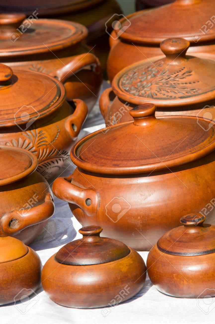 Keramik. Töpfe, Geschirr Und Andere Gegenstände Aus Steingut Oder ...