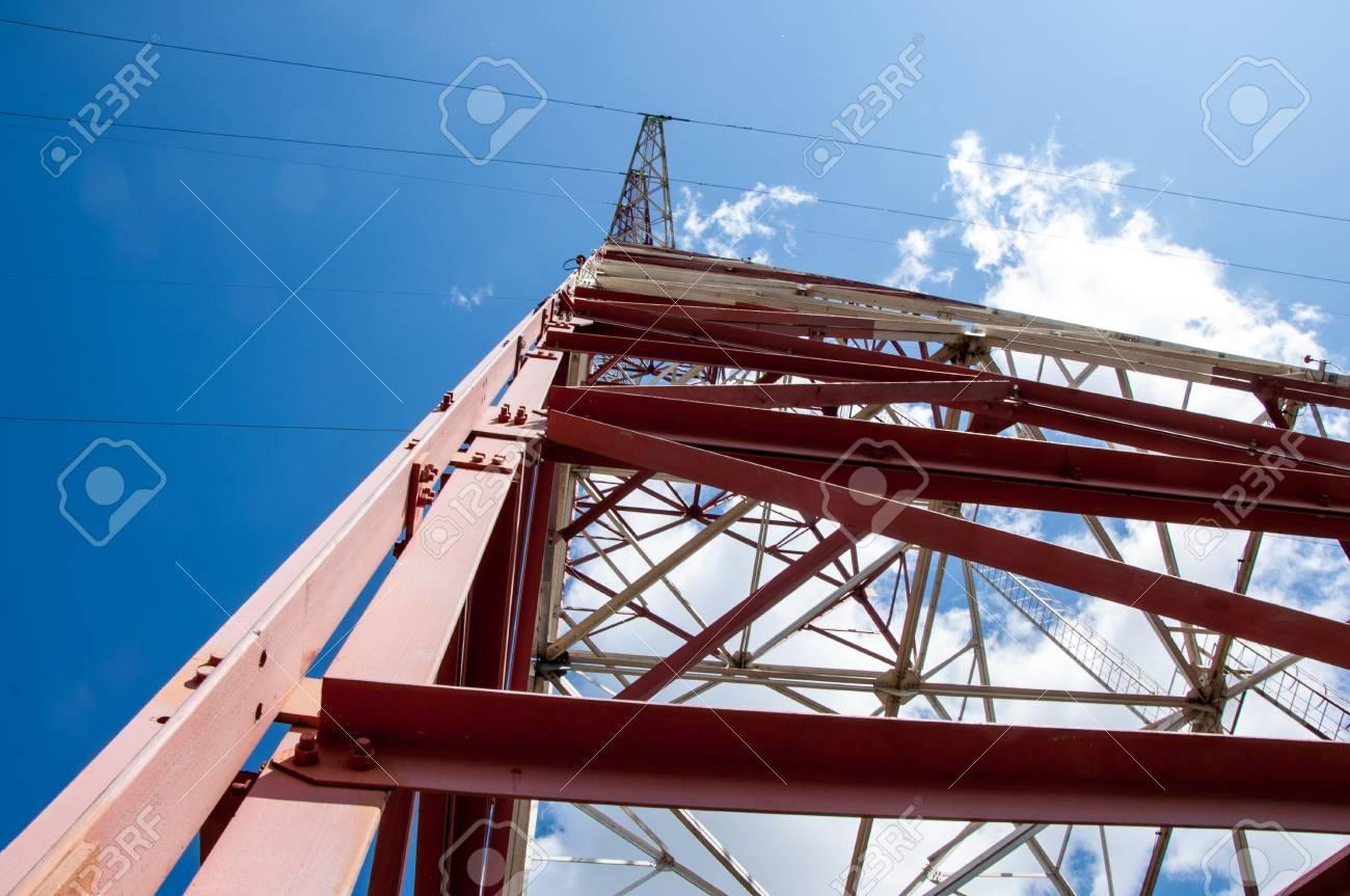 Textur Energie Säulen. Detail Des Strommasts Gegen Blauen Himmel ...
