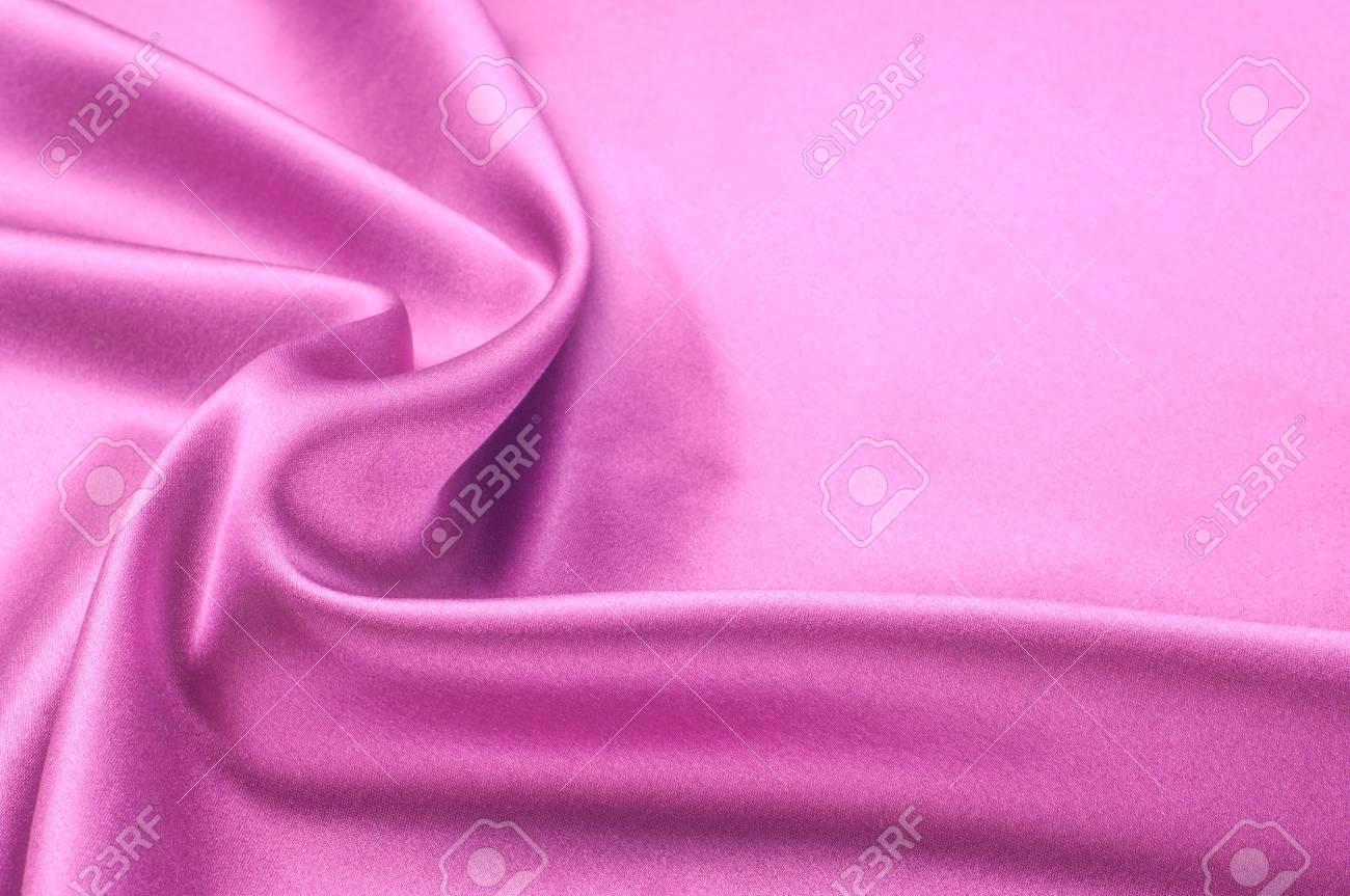 Tende In Velluto Di Seta priorità bassa di struttura del tessuto. tessuto di seta rosso. un  frammento di una tenda di scuro rosso scuro. sfondo astratto di tessuti  lussuosi o