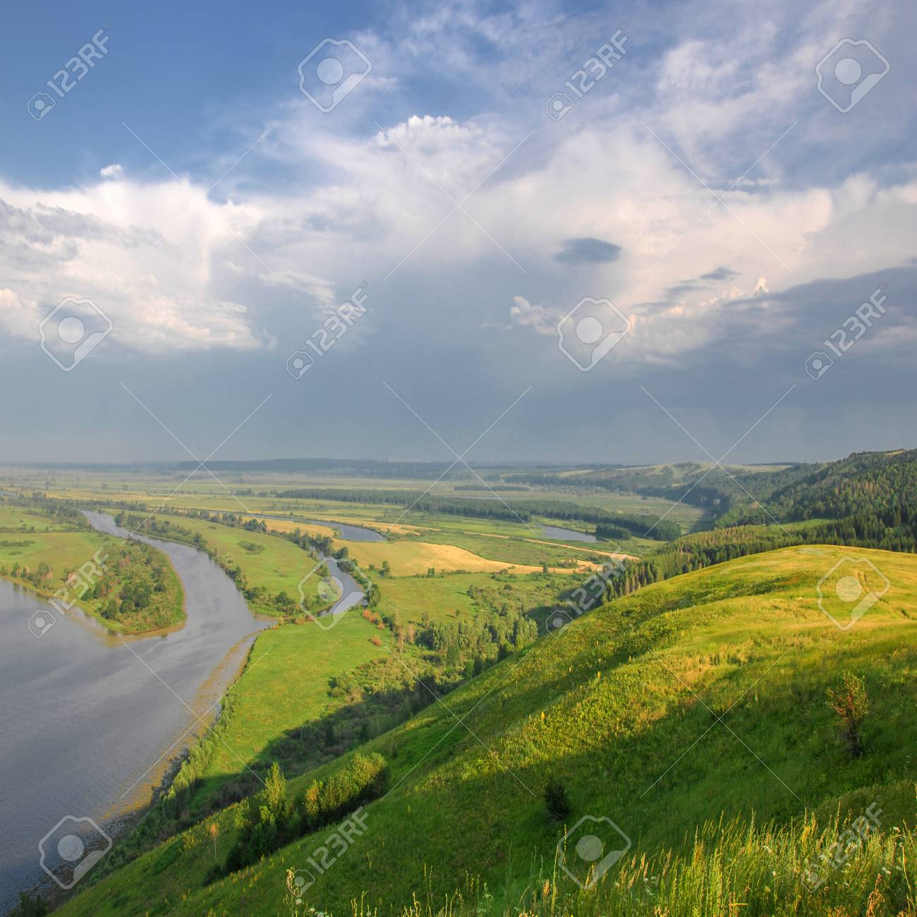川とパノラマの夏の風景。カマ川...