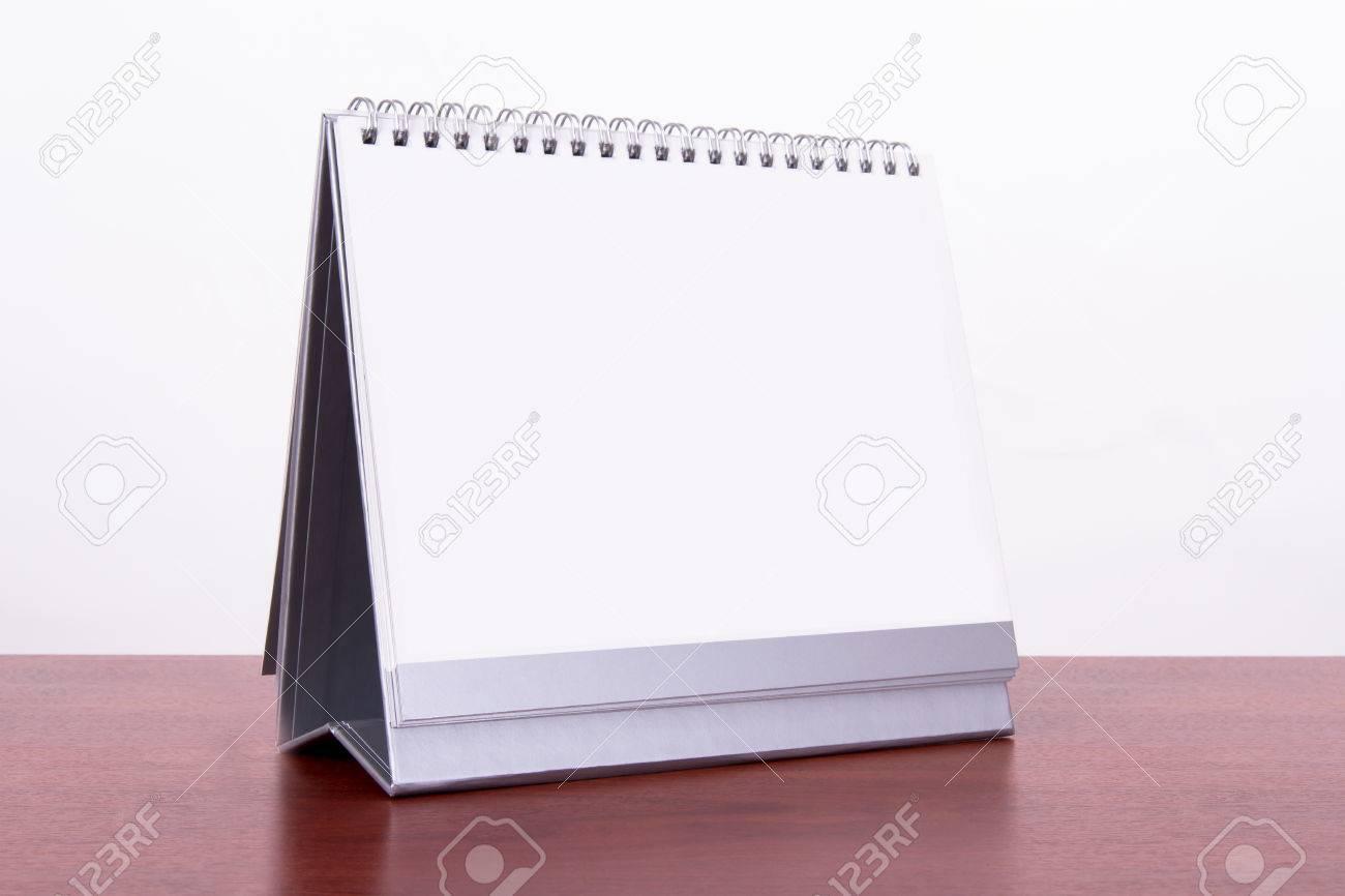 Simple calendrier de bureau blanc sur la table en bois isolé sur