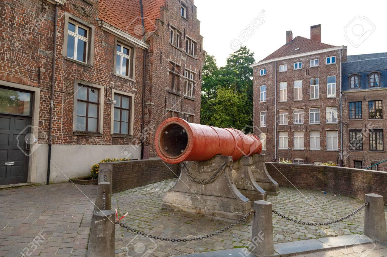 GENT, BÉLGICA - 06 de julio de 2016: gran cañón medieval en Gante  Fue  utilizado para la guerra en el siglo XV