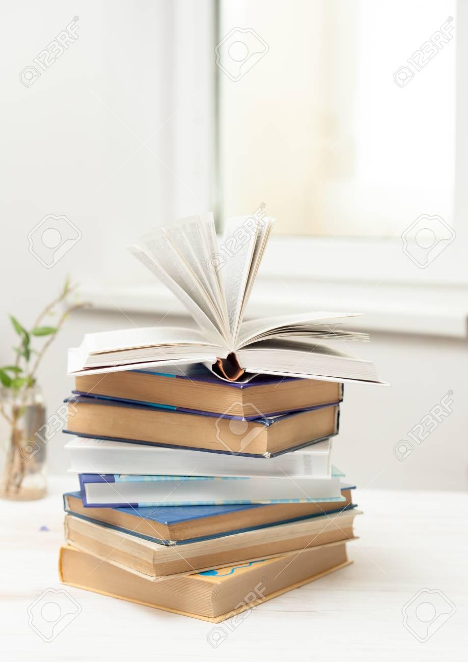 Une Pile De Vieux Livres à Colorier Et Livre Ouvert Sur Une Table