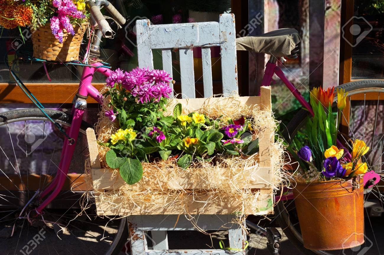 Ornemental Original Décoration Bouquet De Fleurs De Printemps Dans Une Boîte Et Seau En Bois Et Fer Rétro Vélo Fleurs Dans La Lumière Du Soleil Sur