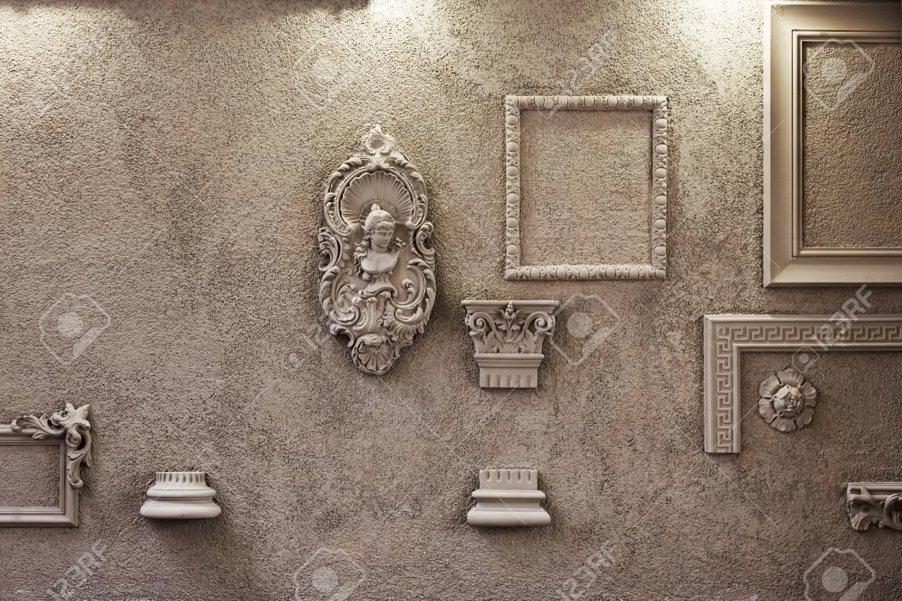 La parete è decorata con affreschi e un illuminazione cornice