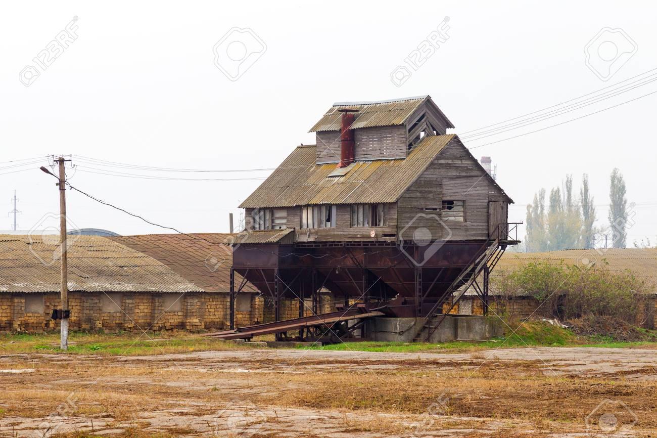 荒廃した穀倉、穀物倉庫の古い放...