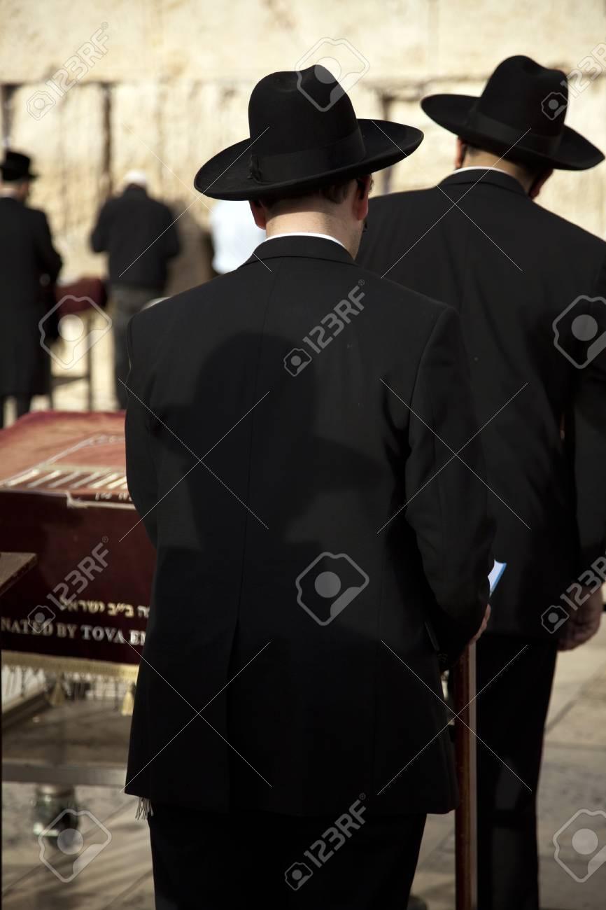 Uomini ebrei ortodossi pregano davanti al Muro del Pianto, sacro trovano  nella città vecchia di Gerusalemme, Israele