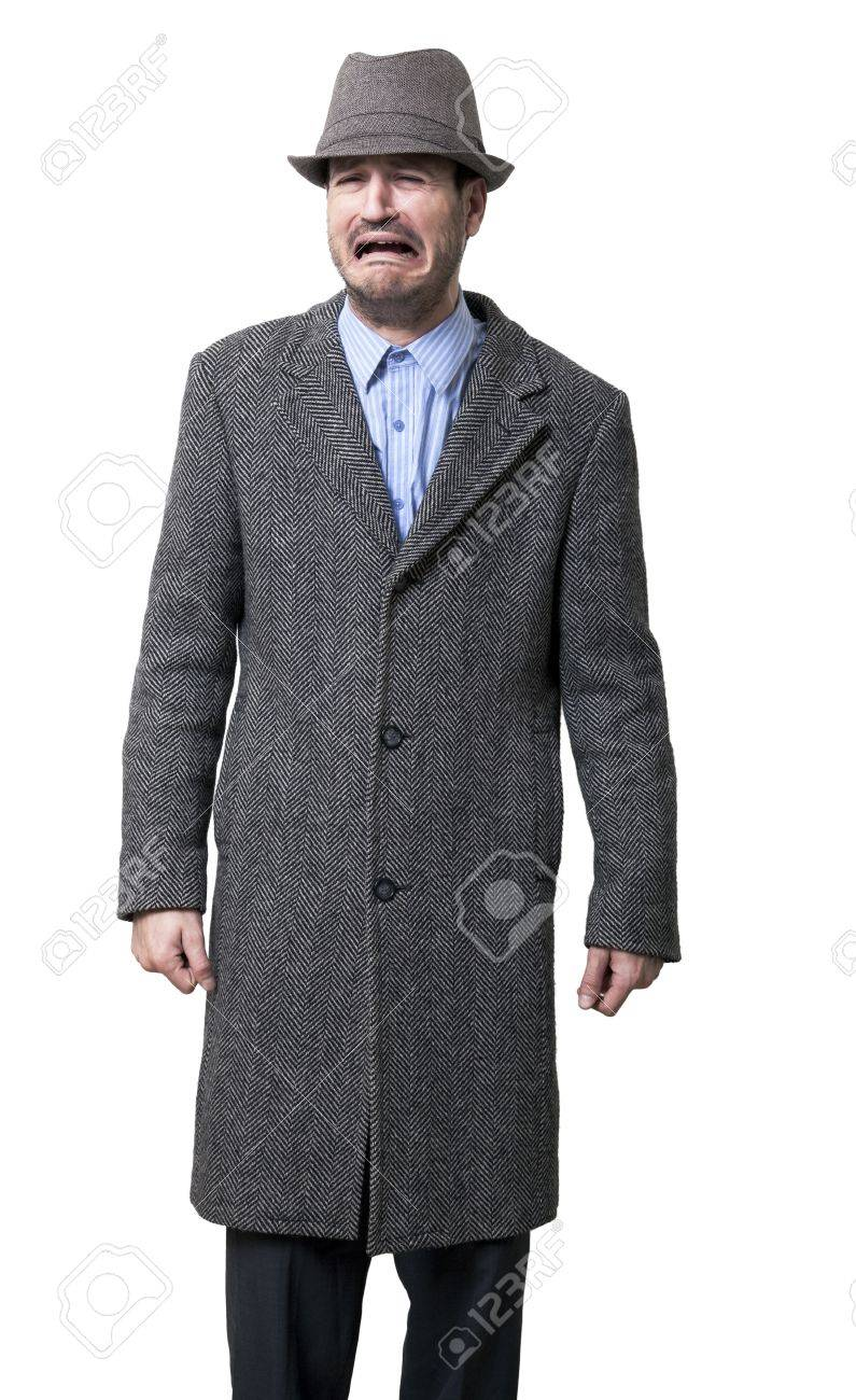 Un giovane maschio adulto che indossa un cappotto grigio ed e cappello di  corrispondenza. L uomo è al centro di piangere molto duro 82c8f53b0202