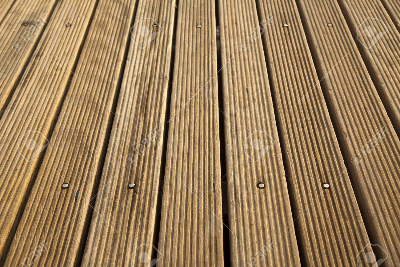 Un Plancher De Terrasse En Bois Dans Le Soleil Tiré Dun Angle élevé