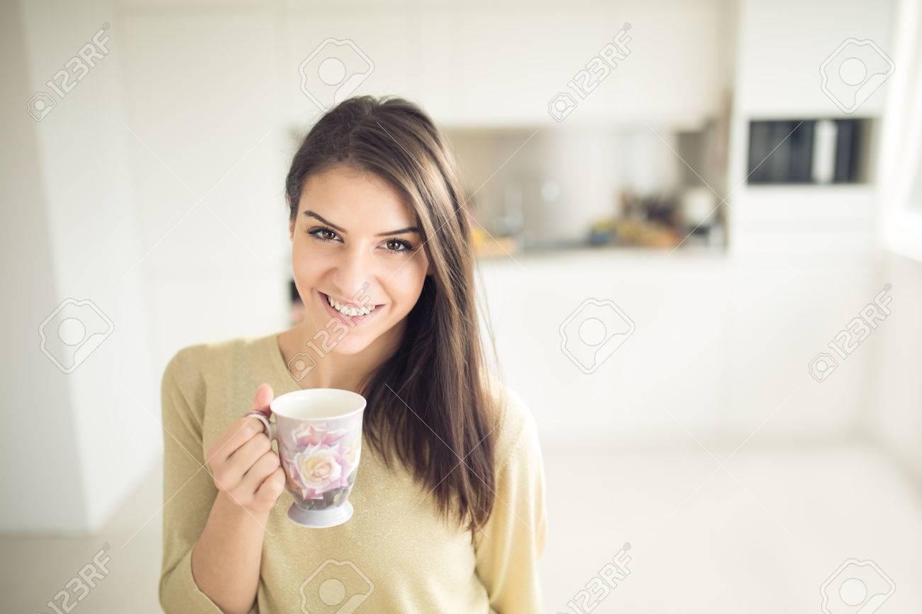 Donna moderna di lavoro stile di vita-bere caffè o tè al mattino in cucina,  iniziare la vostra energia e day.Positive emotion.Productivity, Felicità,  ...