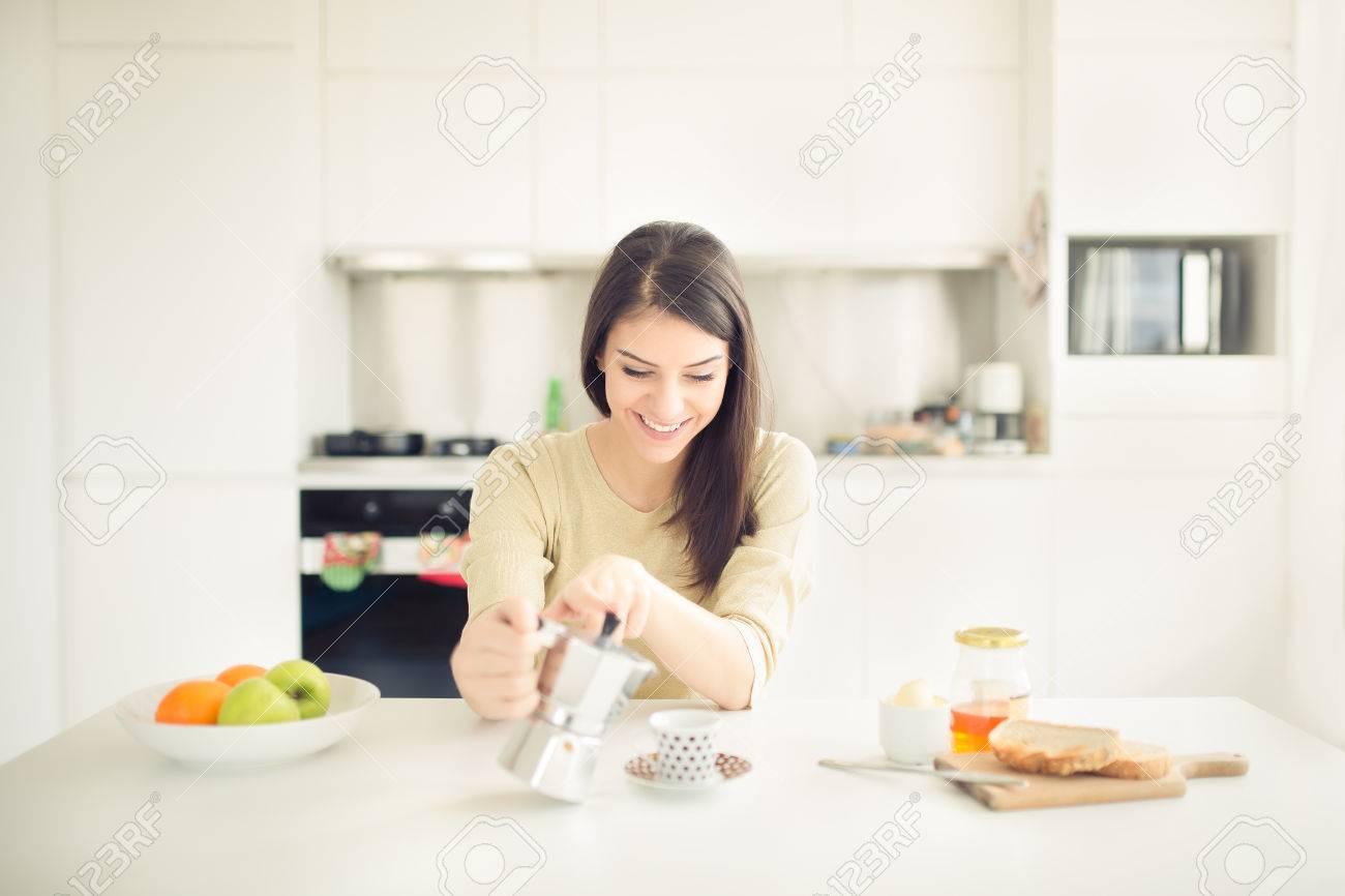 Donna moderna di lavoro stile di vita-bere il caffè moka al mattino in  cucina, iniziare la vostra energia e day.Positive emotion.Productivity, ...