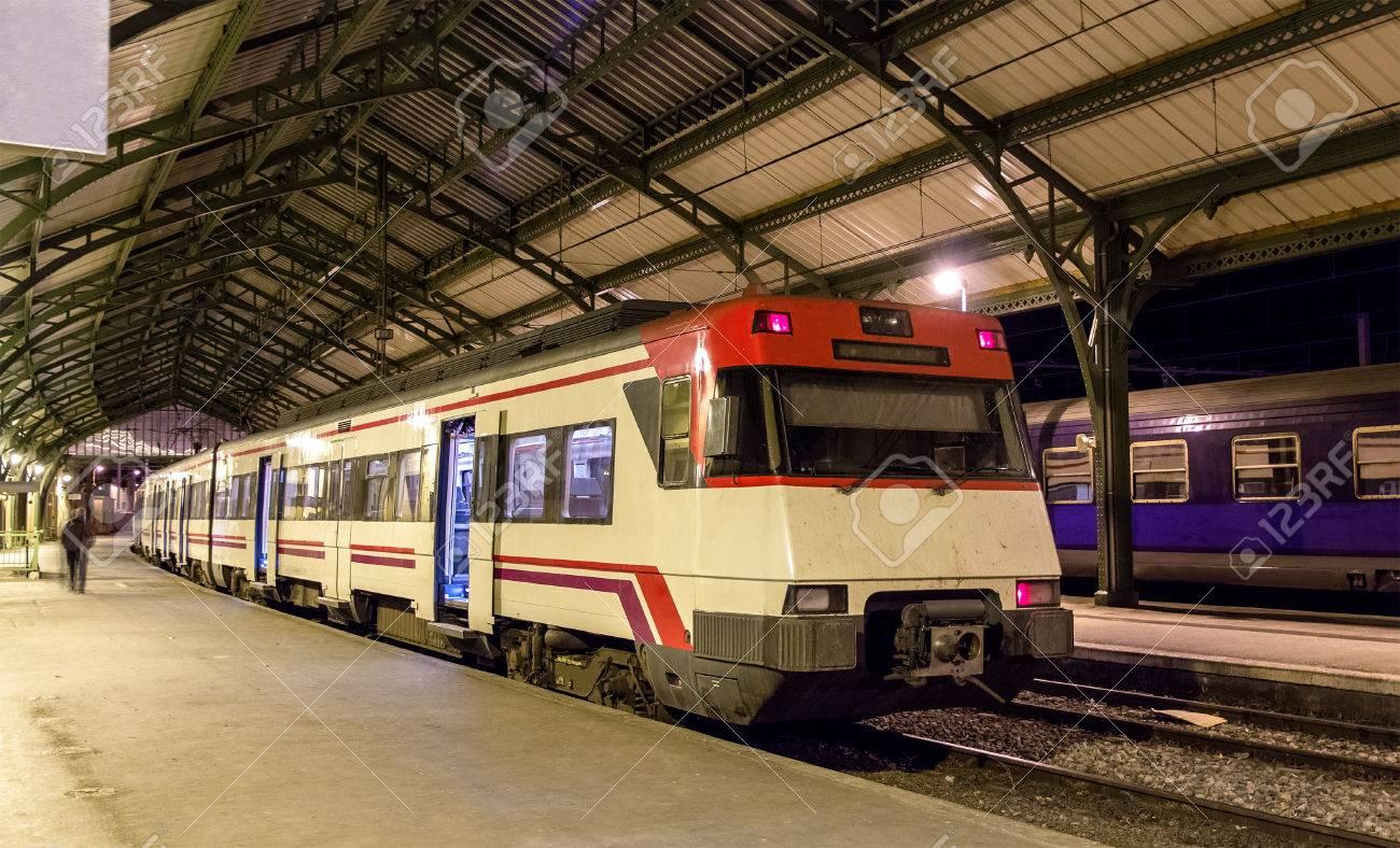88c8b8c1f87 Espagnol train électrique de banlieue à la gare de Cerbère frontière  française Banque d images