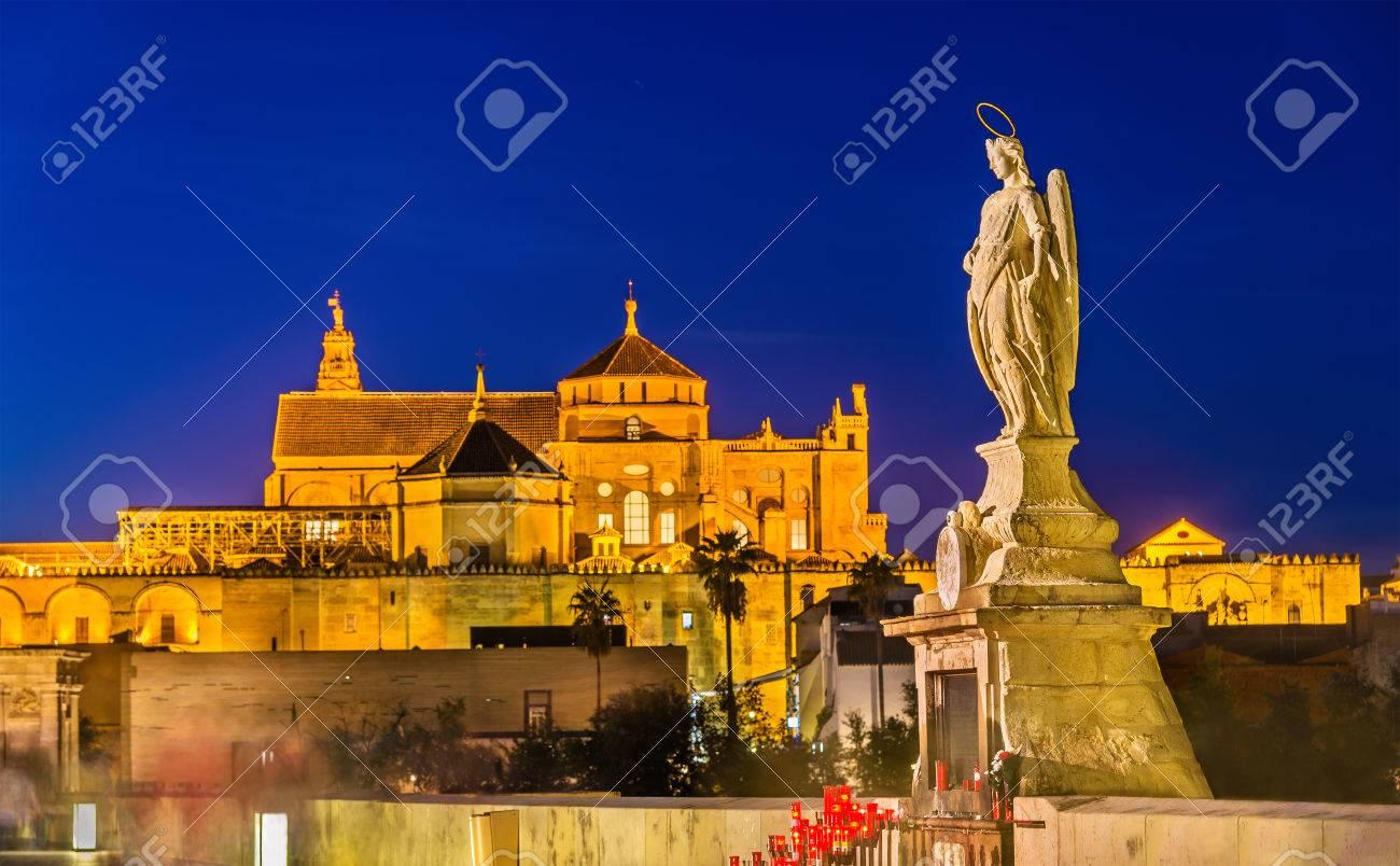 Statue De L Archange Raphael Sur Le Pont Romain De Cordoue Espagne Andalousie