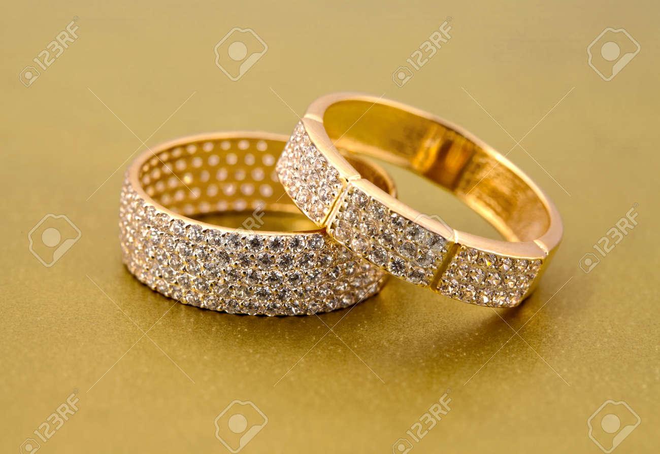 Accessoires d\u0027or de bijoux avec brillants sur fond doré Banque d\u0027images ,