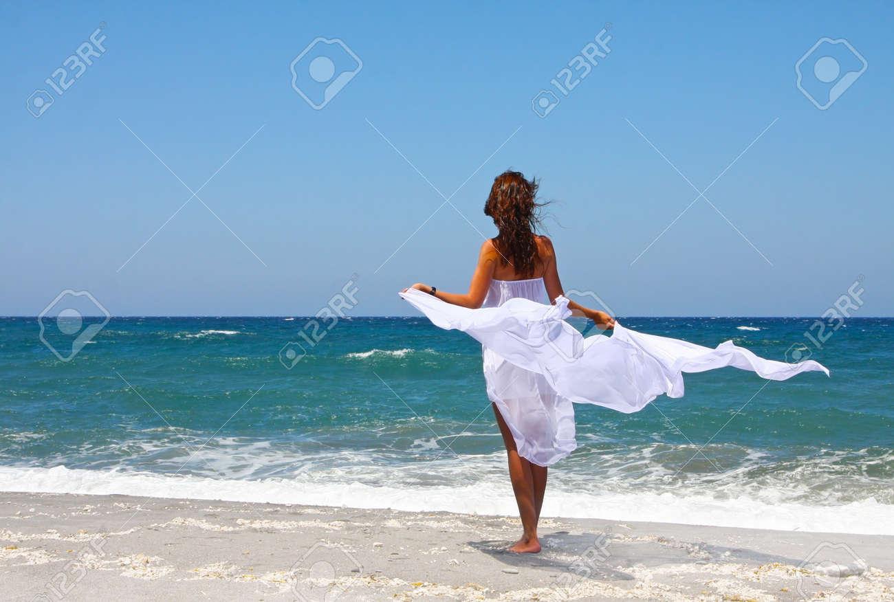 Дамы раздвигают красивые девушки брюнетки на море член черный кончил