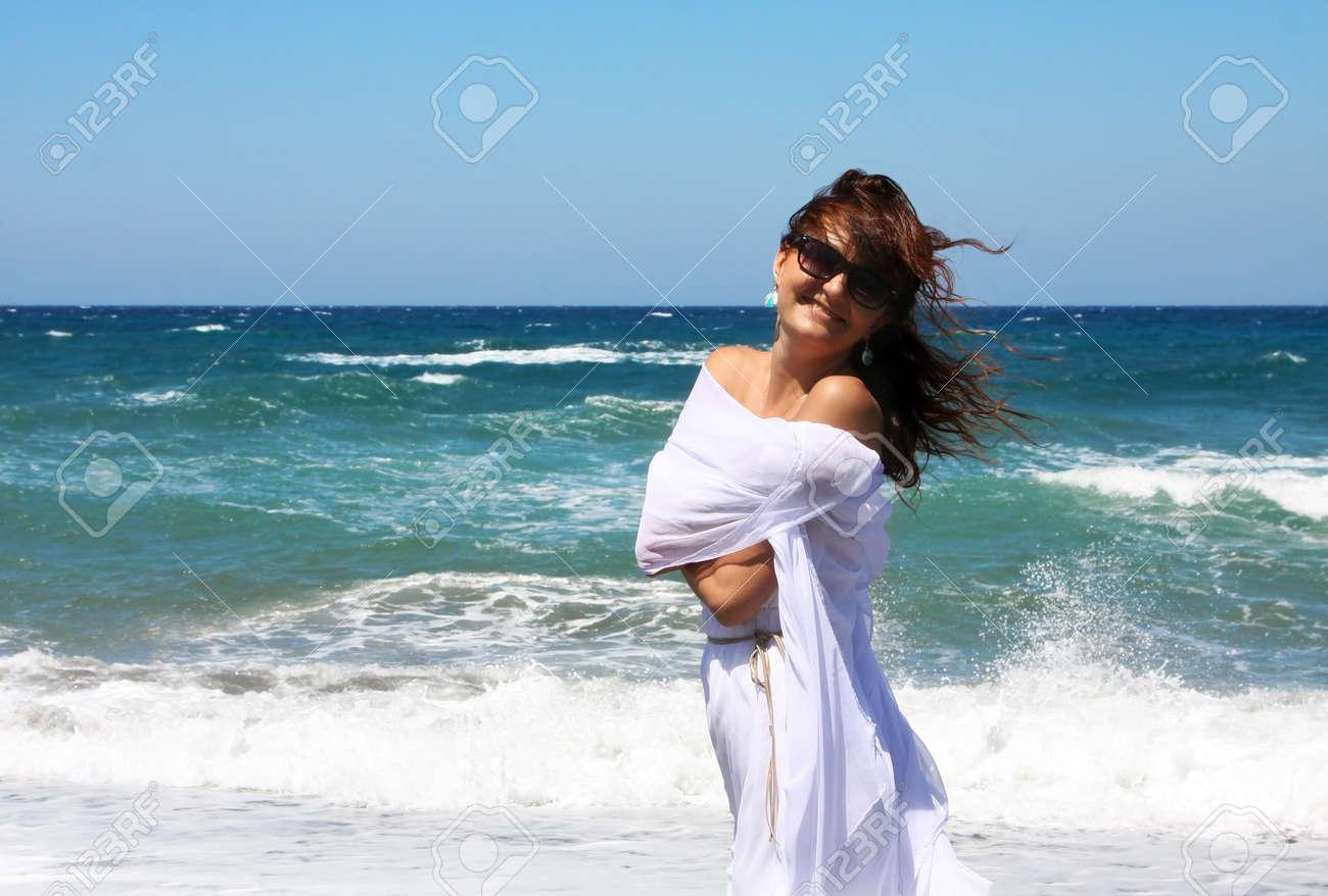 фото красивой девушки около моря