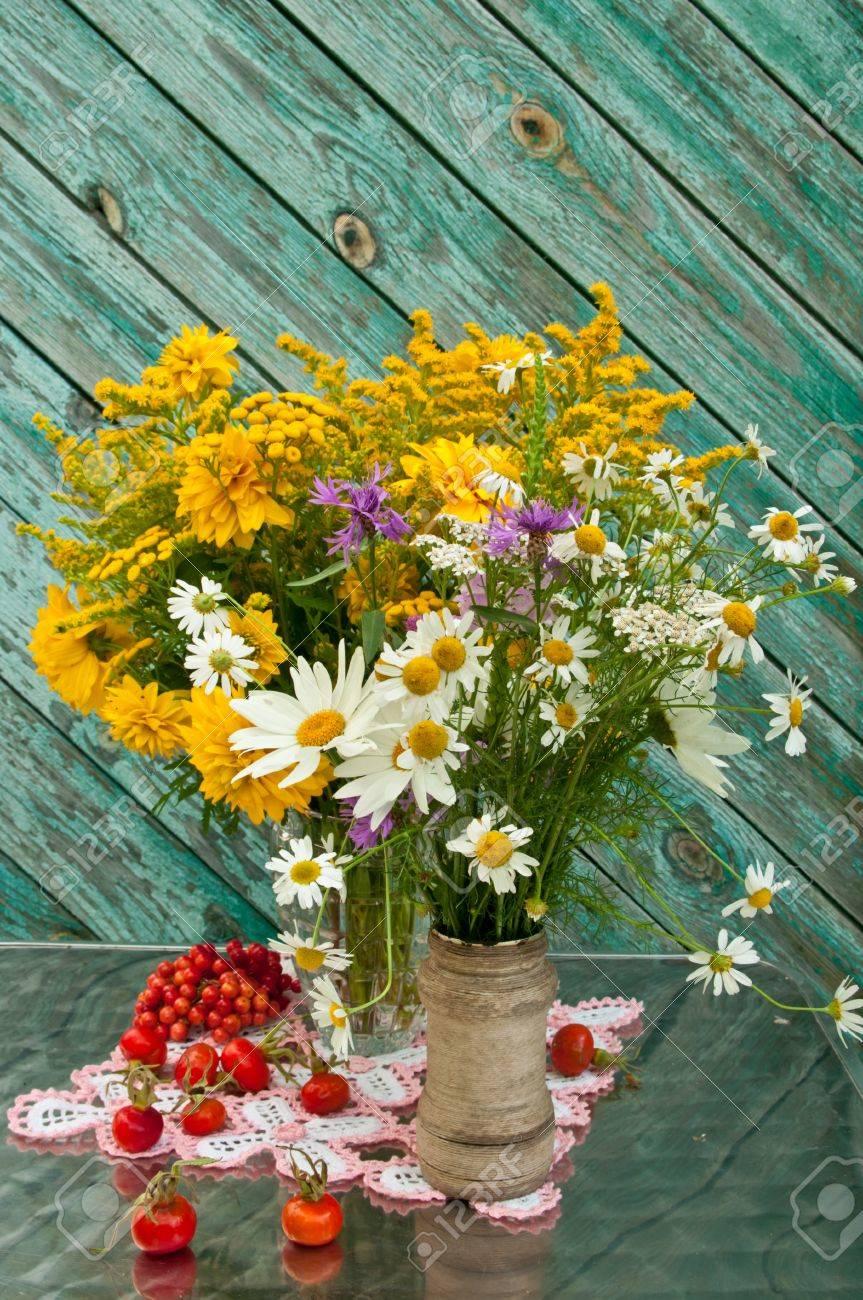 dos ramos de flores silvestres en la mesa de naturaleza muerta foto de archivo 21932341