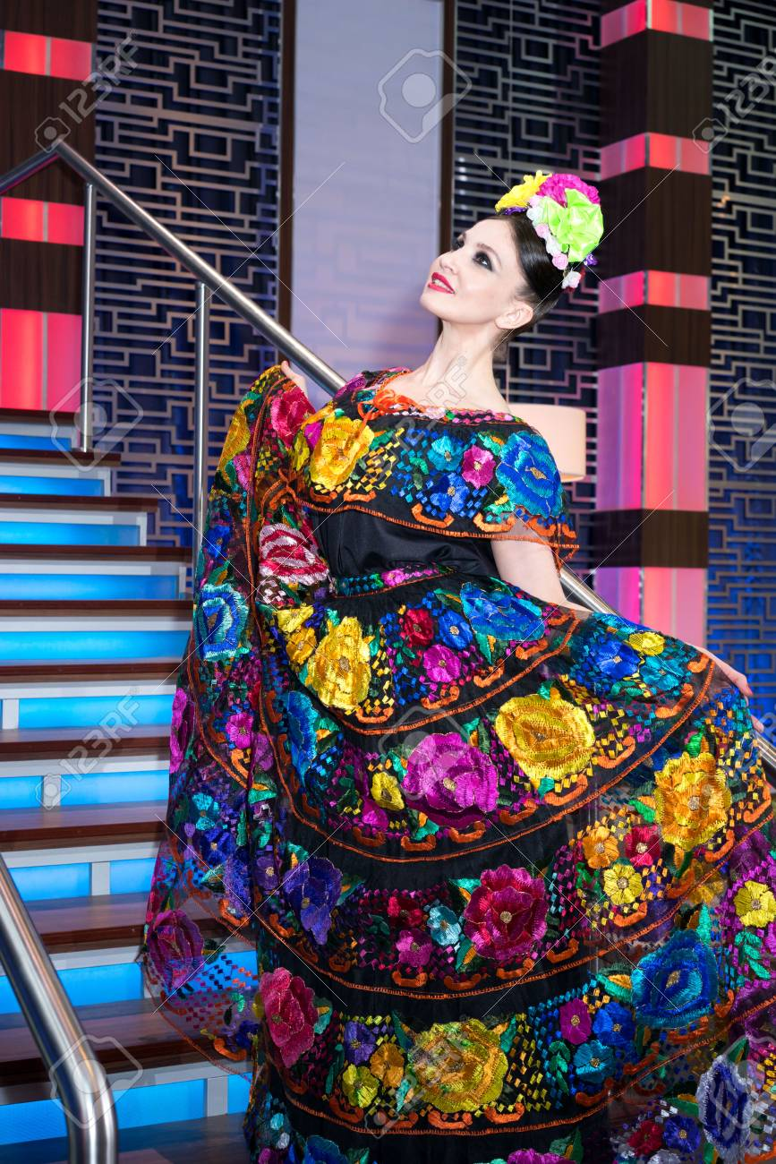 Mexicano Mujer Bordado Tradicional Vestido Posición Escalera