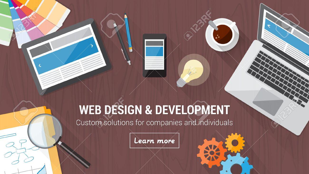 Développeur web bureau avec ordinateur tablette et mobile web