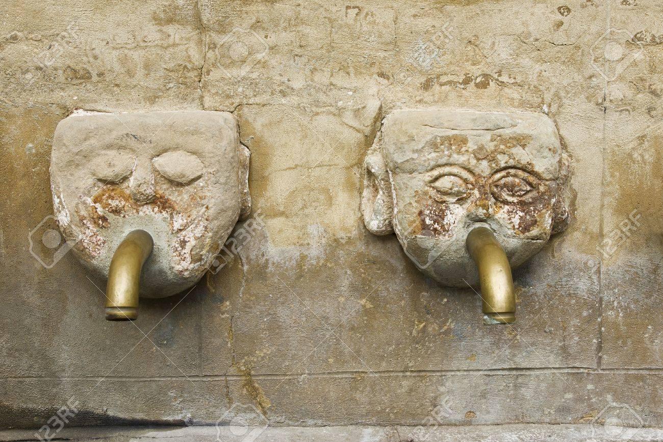 fuente cabeza humana fuente de piedra antigua con dos caras con tubo metlico en la